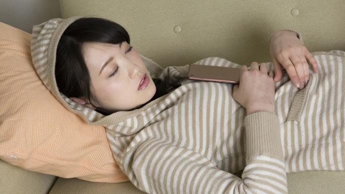 睡眠中も骨盤ベルトを付ける女性