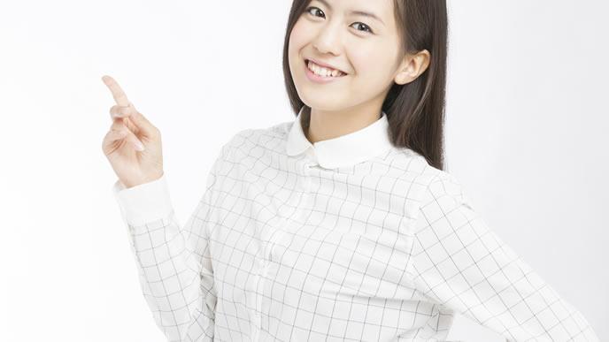 骨盤ベルトの使い方や選び方を説明する女性