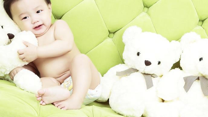 自宅での転倒を防ぐために裸足で生活する赤ちゃん