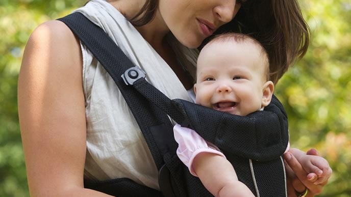 抱っこ紐で公園にお出かけする赤ちゃん