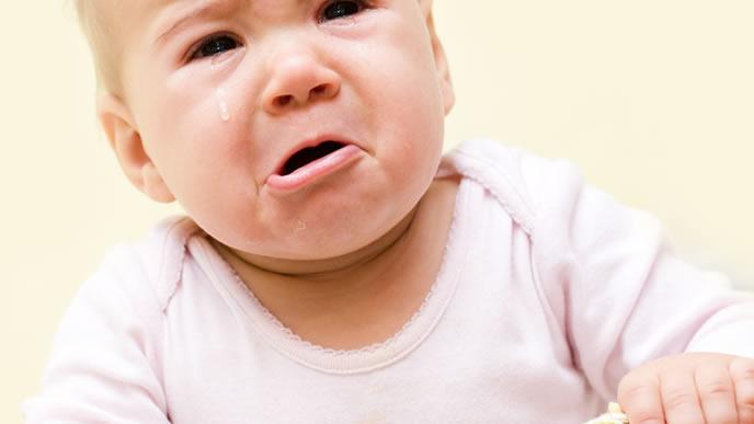 おかゆに飽きて泣きじゃくる赤ちゃん