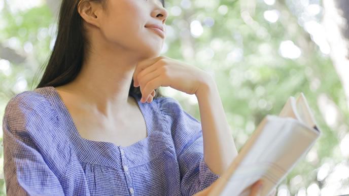 読書してリラックスする妊娠初期の女性