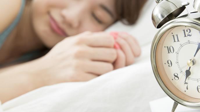 休日はゆっくり睡眠をとる女性