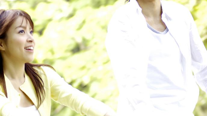 妊娠初期もいつもと変わらずデートをする女性