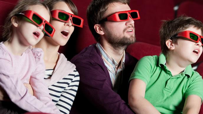 迫力のある3D映画を楽しむ家族