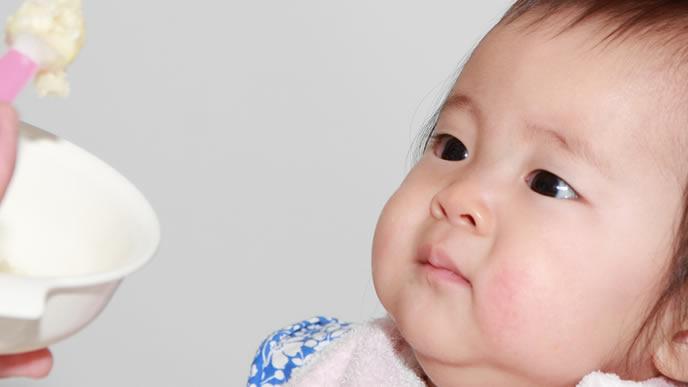 引き気味で離乳食を拒む赤ちゃん
