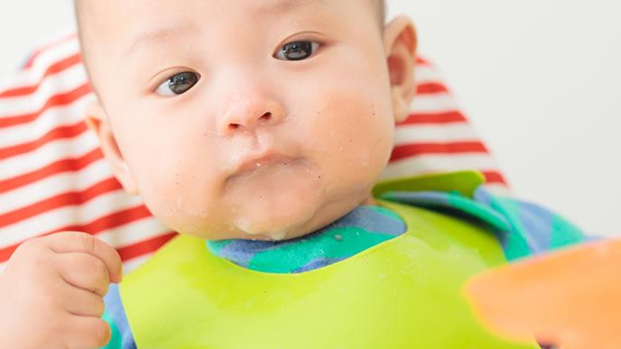 口を閉じて離乳食を断固拒否する赤ちゃん