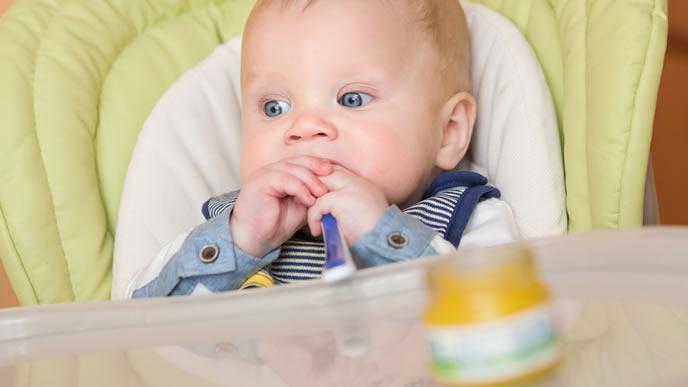 離乳食よりも周りの景色に夢中の赤ちゃん
