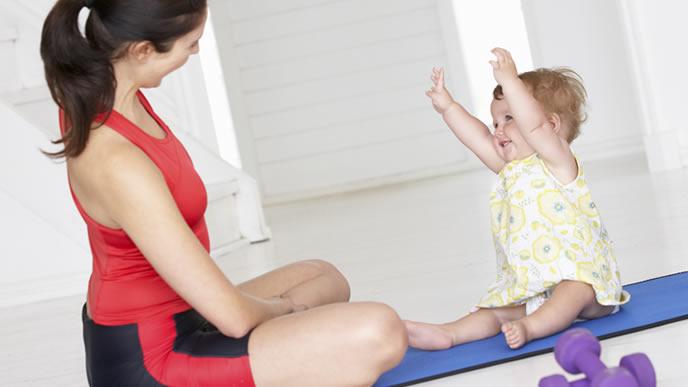 ママと一緒に運動をする元気な赤ちゃん
