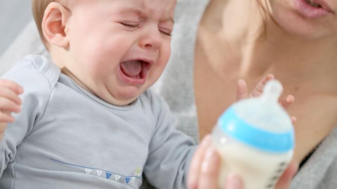 ミルクが気に入らないためギャン泣きする赤ちゃん