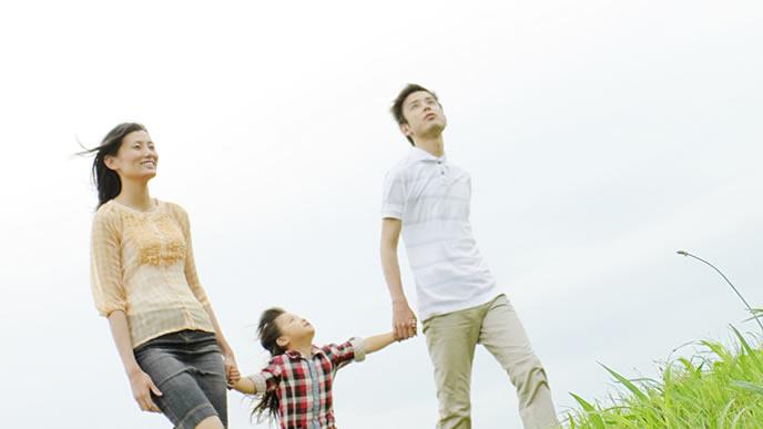 子供に優しく接するパパとママ