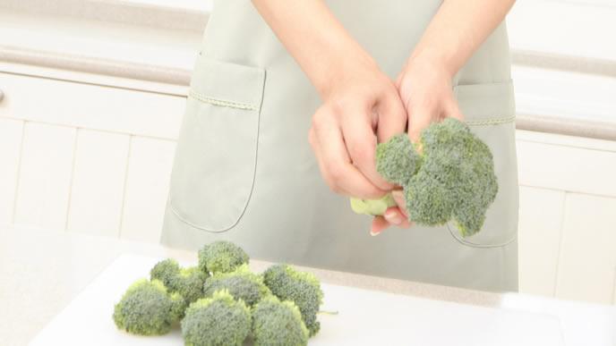 葉酸がたっぷり詰まったブロッコリーを調理する女性