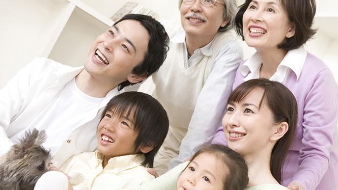 一家みんなで記念写真をとる家族