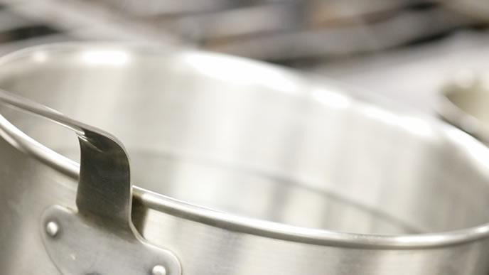 既成品のだしを鍋で温める