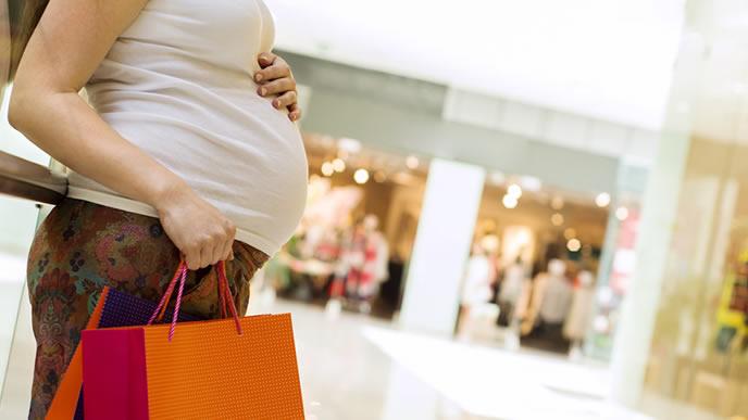 デパートでブランド品を買う妊婦
