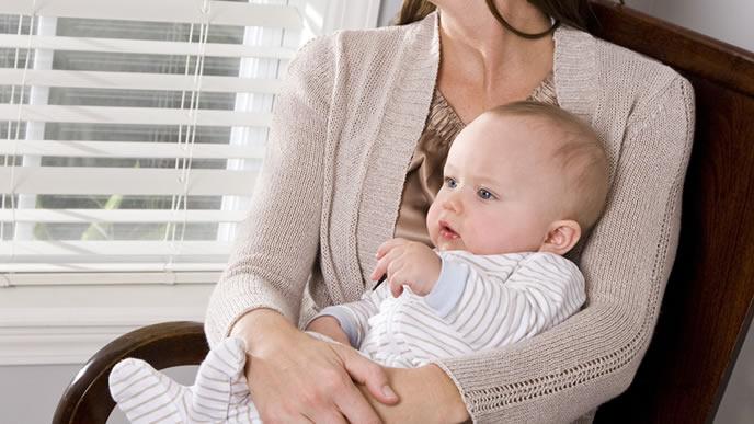 ママと一緒に防災について考える赤ちゃん