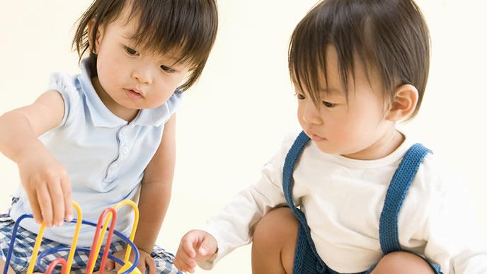 カラフルなおもちゃで遊ぶ姉と弟