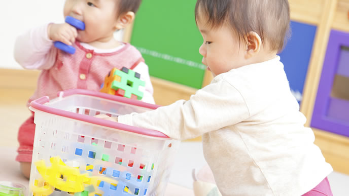 ブロックを口にする興味津々な赤ちゃん達