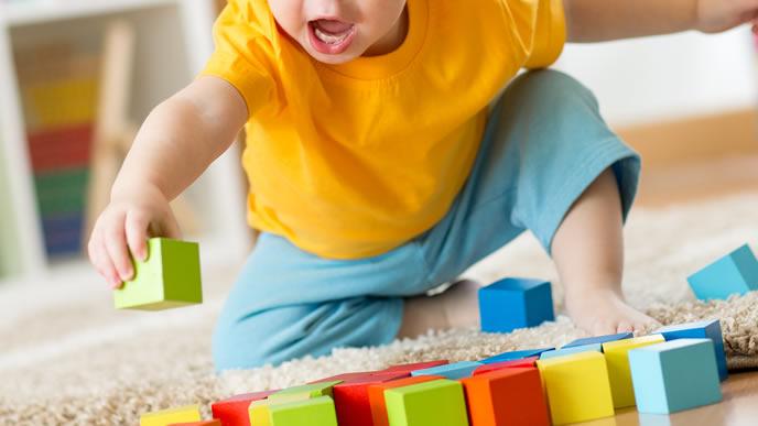 ブロックを並べて遊ぶ赤ちゃん