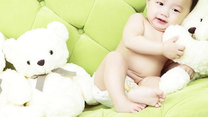 お気に入りのぬいぐるみを可愛がる赤ちゃん