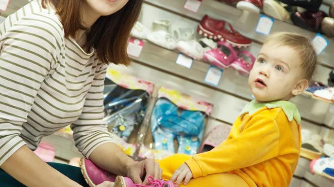楽しく買い物するママと赤ちゃん
