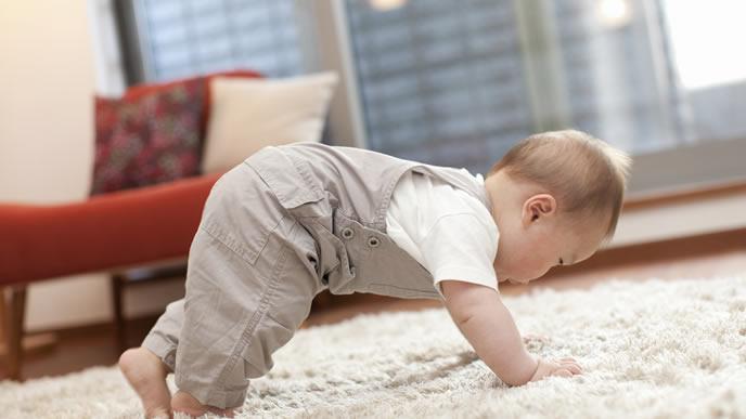 地震でふらふらしておぼつかない赤ちゃん