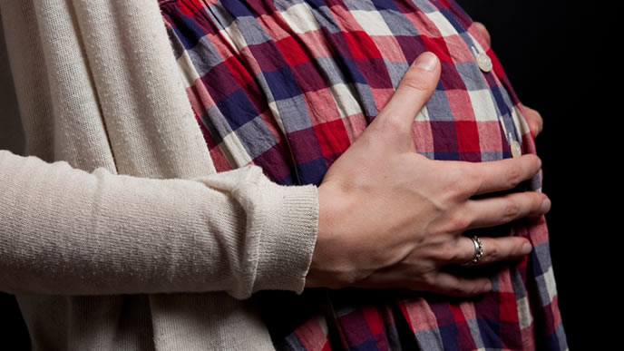 赤ちゃんの胎動を確かめる夫婦