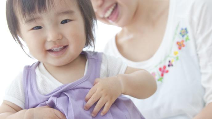 夜泣きが終わり笑顔になる2歳の赤ちゃん