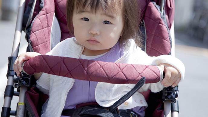 ベビーカーを運転している気分の赤ちゃん