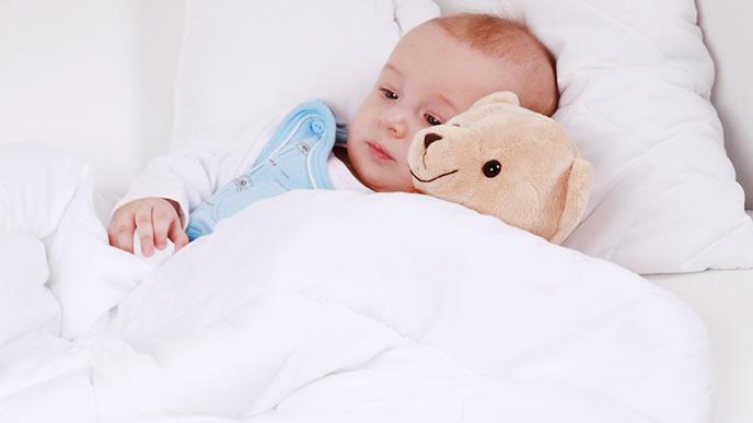 夜中に咳が止まらず呆然とする赤ちゃん