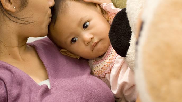 咳が辛いがママになぐさめてもらい少し嬉しい赤ちゃん