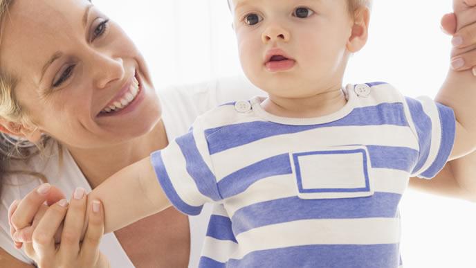 ママと体操をしている赤ちゃん