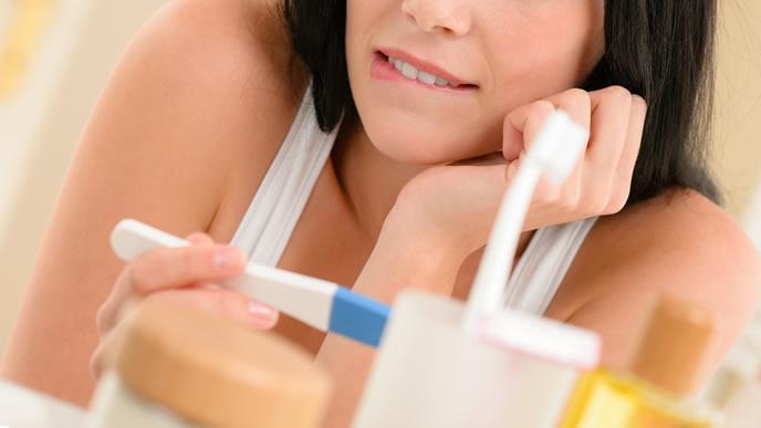 妊娠検査薬に陽性反応がでて喜ぶ女性