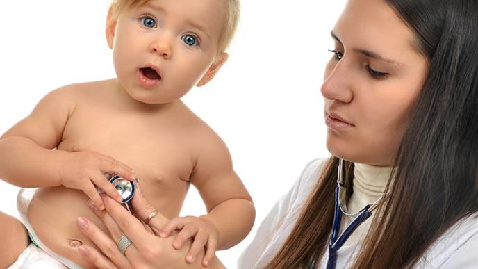 赤ちゃんの体調を聴診器で診察するママ