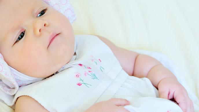 今にも吐きそうで切ない表情の赤ちゃん