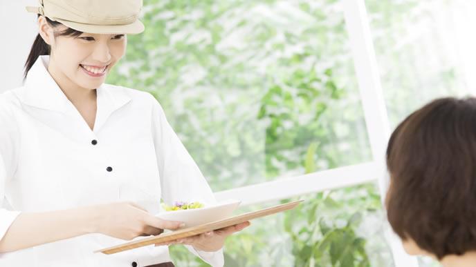 カフェでアルバイト勤務中の妊婦