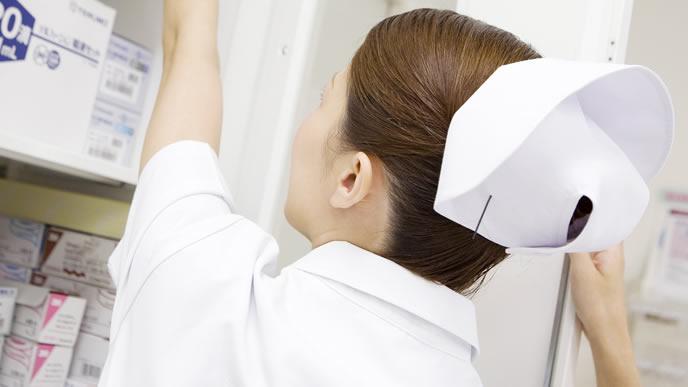 薬を探す産婦人科の看護師