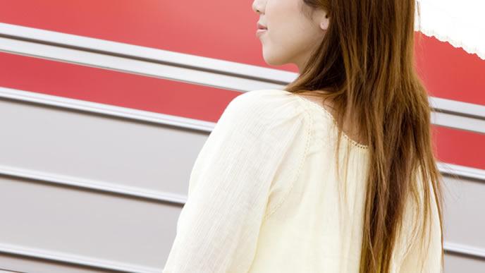 妊娠検査で産婦人科へ向かう女性