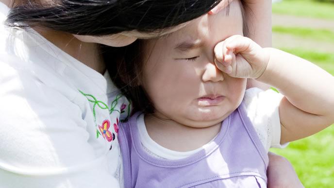 慣れない公園で泣きじゃくる女の子