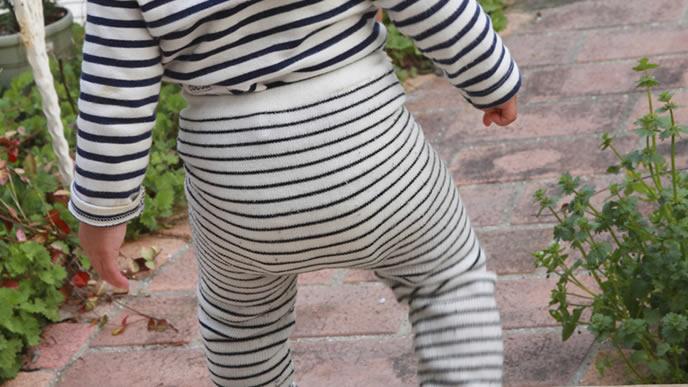 のしのし前を歩くオムツをした赤ちゃん