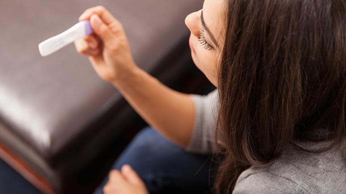 妊娠検査薬を使うベビ待ち女性