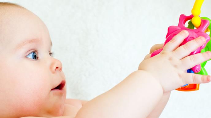 ガラガラを見るとつい手を伸ばす赤ちゃん