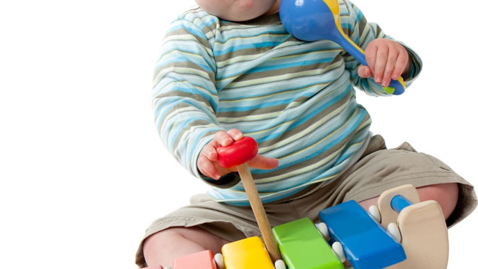 ガラガラと木琴がお気に入りの赤ちゃん