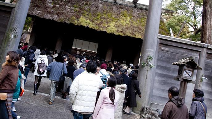 参拝客で賑わう歴史のある神社