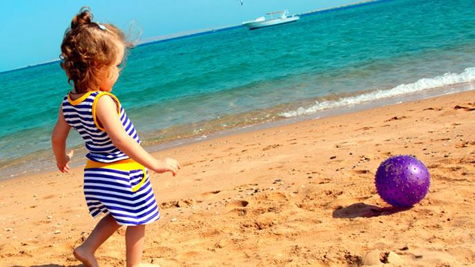 ビーチボールで遊ぶ女の子