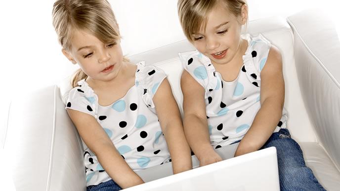 パソコンで遊ぶ双子の兄弟