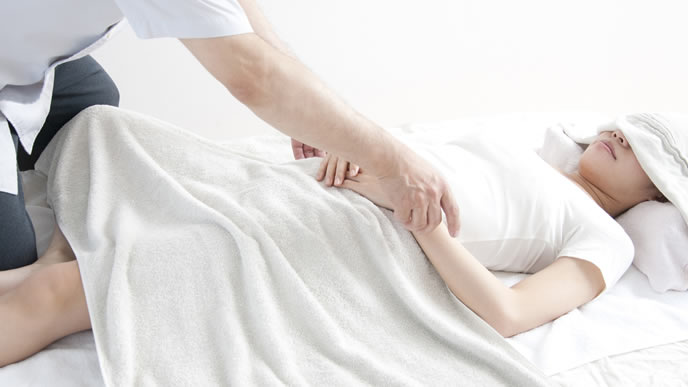 骨盤矯正マッサージを受ける女性