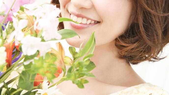 骨盤矯正を体験して笑顔になる女性