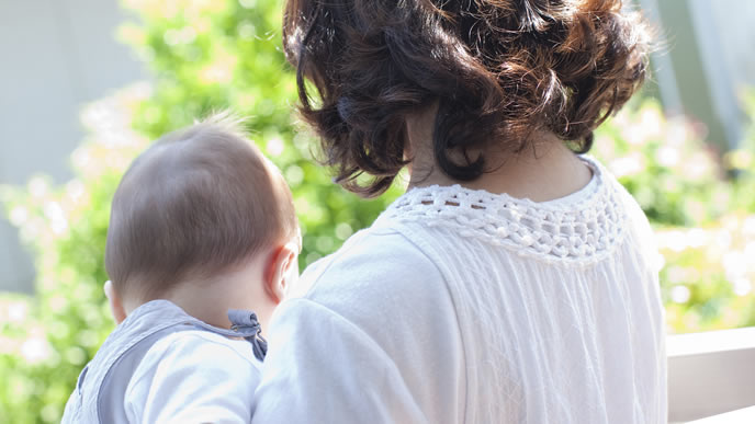 赤ちゃんを寝かせるために昼間散歩をするママ