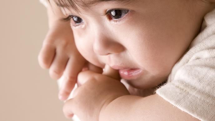 夜泣きしている赤ちゃんを抱っこして泣き止ませるママ